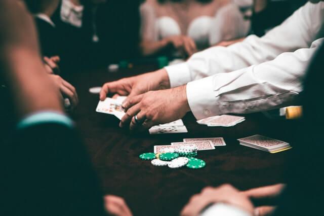 Ihmiset pelaavat pokeria